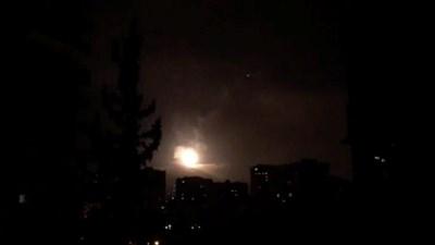Сирийската противовъздушна отбрана отговаря на ударите Снимки: Ройтерс