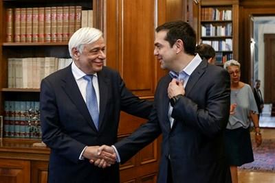 Гръцкият премиер Алексис Ципрас информира президента Прокопис Павлопулос за решението на еврогрупата. СНИМКА: РОЙТЕРС