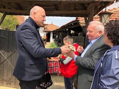Поморийският кмет Иван Алексиев посреща Жозеф Дол, който получи подарък  - ръчно плетени от еркечки баби вълнени шушони.Снимки:Община Поморие