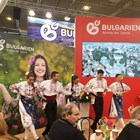 """Танцьорите от """"Българе"""" предизвикаха истинско събитие на изложението - успяха да накарат посетители от цял свят да се хванат поне веднъж на хоро."""