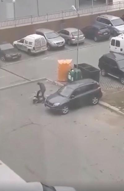 Биячът рита възрастния мъж КАДЪР: Фейсбук/ Шофьори Ямбол