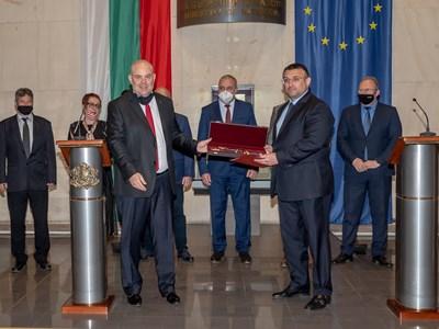 Главният прокурор Иван Гешев връчи награда на вътрешния министър Младен Маринов. СНИМКА: МВР