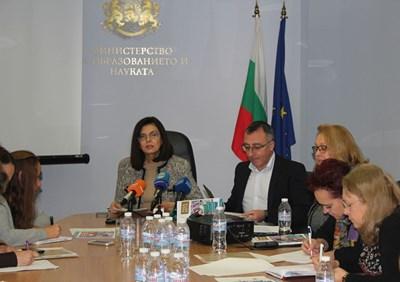 Министърът на образованието Меглена Кунева, заместникът и? Диян Стаматов и Светла Петрова, национален координатор на PISA, представят резултатите от 2015 г.