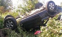 Екшън в Етрополе: Цигани пребиха шофьор, обърнаха му колата и се върнаха да празнуват кръщене. Българите гледат отстрани и не се намесват