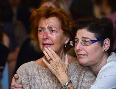 Сълзи се появиха в очите на Анахид Тачева, докато гледаше видеа с кадри на Димитър Цонев. До легендарната тв водеща беше по-голямата й дъщеря Теодора.  СНИМКИ: ЙОРДАН СИМЕОНОВ