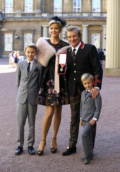 Род Сюарт излиза от Бъкингамския дворец заедно със съпругата си Пени и синовете Алистър и Ейдън, след като е получил рицарско звание от принц Уилям.  СНИМКИ: РОЙТЕРС