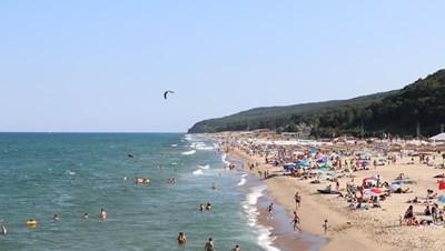 В Шкорпиловци  най-северната част на Стара планина - Черни нос,  допира морето.