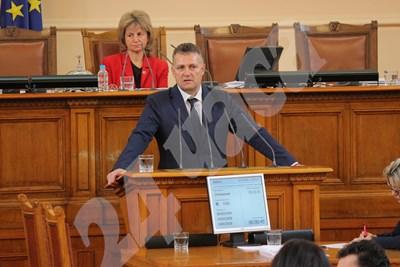 Председателят на енергийната комисия в парламента Валентин Николов внесе в петък законопроект, който изпраща и малкия бизнес на свободния пазар. СНИМКА: 24 часа