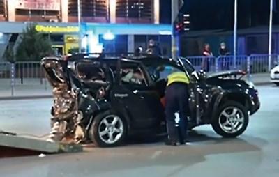 Полицаи правят оглед в колата на Милен Цветков след катастрофата.