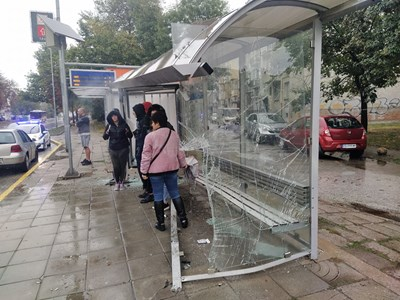 От сблъсъка една от ударените коли се е врязала в спирката СНИМКА: Радко Паунов