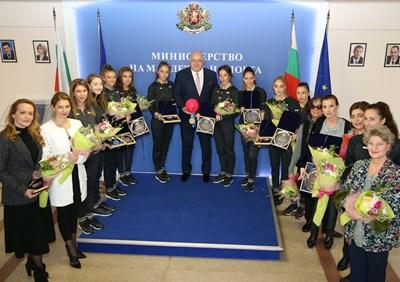 Министър Кралев с националките ни по художествена гимнастика и щаба СНИМКИ: ММС