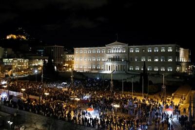 Пред парламента в Атина протестираха над 2000 души. Снимки РОЙТЕРС