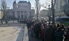 Стотици на поклонението на Стефан Данаилов преди обявеното време. Вижте снимки