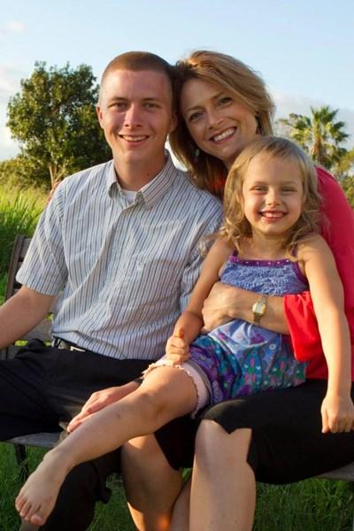 Американката Рейчъл Хоуп със своя син и дъщеря, които са заченати от двама мъже в условията на сложно споразумение за отглеждането им. СНИМКА: Фейсбук