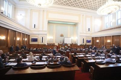 77 от депутатите през вчерашния ден бяха с маска в плeнарната зала.