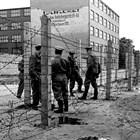 """Бодливата тел играе важна роля в """"политиката"""" на комунистите в Източна Европа, Берлин, 15 септември 1961 г."""