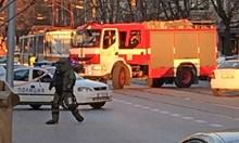 След втория взрив раницата изхвръкна по средата на булеварда. Антитерористът със защитния костюм я разтвори и даде знак на колегите си, че няма нищо опасно.