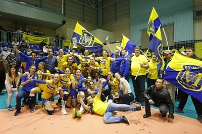 Новите стари шампинки празнуват след последния за сезона мач. СНИМКА: Lap.bg