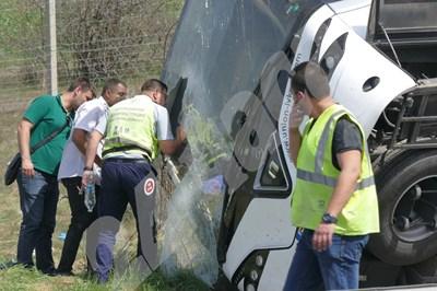 Полицаи правят оглед на преобърналия се автобус край Вакарел в петък. СНИМКА: 24 часа