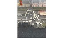 Ад до Генуа - десетки жертви след рухването на виадукт на магистралата (Видео)