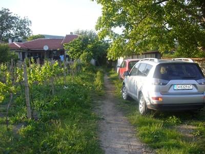 Жертвата Любен Димов минал по тази пътека, за да излезе пред  пътната врата на двора си, където бе прострелян. СНИМКА: Ваньо Стоилов