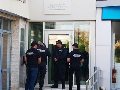 Служители на комисията за противодействие на корупцията чакат пред заключения офис на Нури Димитрова, съпруга на Николай Димитров. Снимка: Елена Фотева