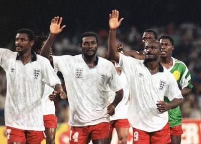 Стефан Татав (в средата) заедно със съотборниците си от националния отбор на Камерун правят почетна обиколка след загубата в 1/8-финала на световното в Италия. Вдясно е Роже Мила, който публикава снимката в туитър, за да даде израз на тъгата си от смъртта на капитана.