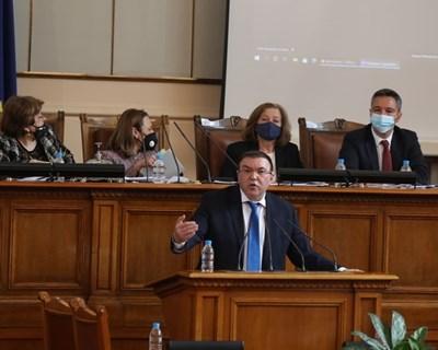 Министърът на здравеопазването проф. Костадин Ангелов на парламентарната трибуна. Снимки Николай Литов