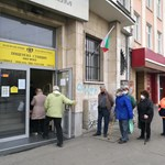 Възрастни хора на опашка за пенсии пред пощенски клон.