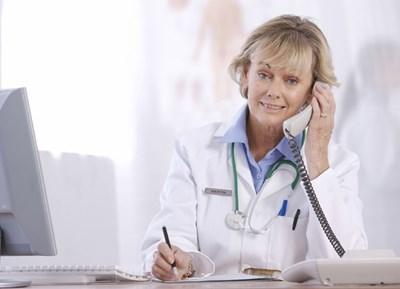 Ако пред кабинета на лекаря ви чакат заедно хора със симптоми на грип и с други оплаквания, е по-добре да му се обадите по телефона за съвет как с най-малък риск за разпространяване на вируси да се осъществи прегледът ви.