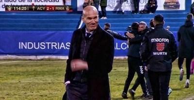 """Треньорът на """"Реал"""" Зинедин Зидан се усмихва кисело след последния съдийски сигнал. После легендарният французин клиширано пое вината за провала."""