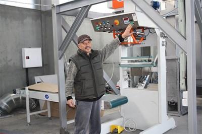 Александър Добрев показва една от чисто новите машини, които ще заработят в края на месеца.