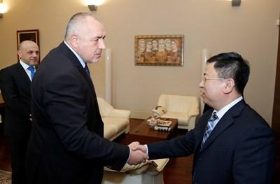Премиерът Бойко Борисов се ръкува с представител на китайската бизнес делегация СНИМКА: Мс