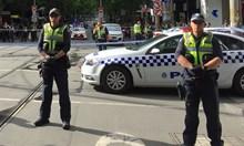 Кола се заби в мол в центъра на Мелбърн, а друг нападател наръга полицаи с нож (Видео, снимки)