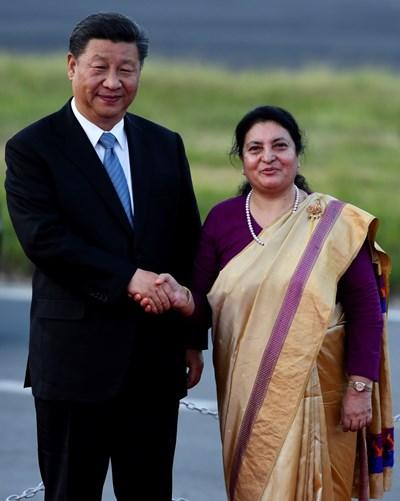 На летището в Катманду китайският президент беше посрещнат от президентката Бидхя Деви Бхандари СНИМКИ: Ройтерс