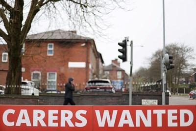 Табела за търсене на работници край бюро за наемане в британския град Страдфоршър. СНИМКА: РОЙТЕРС