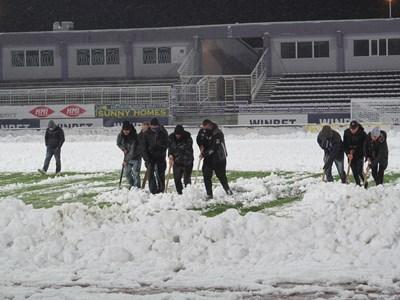 """След като обилният снеговалеж попречи мачът """"Етър"""" - """"Царско село"""" от 14-ия кръг на Първа лига да се изиграе в понеделник, теренът бе почистен изцяло във вторник и срещата се проведе."""