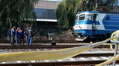 """Разследващи оглеждат мястото на злополуката на гара """"Владимир Павлов"""" в Бургас. СНИМКА: ЕЛЕНА ФОТЕВА"""