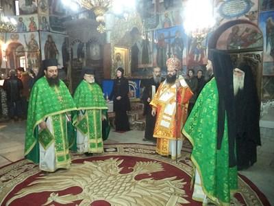 Главният секретар на Светия Синод дядо Герасим (в средата) участва в службата, след която символично предаде властта на новия игумен СНИМКА: Анелия Перчева