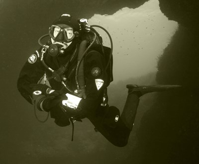 """Михаил Заимов в стихията си. На 10 август 2011 г. край Созопол водолазът помага за спасяването на бедстващата ветроходна яхта """"Олимп"""" с 18 души на борда, сред които 4 деца."""