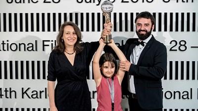 Семейство Вълчанови с Кристалния глобус в Карлови Вари