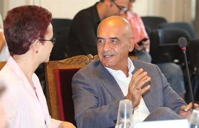 Проблемът е основно в недостига на кадри, които да поемат дейността, казва шефът на НЗОК д-р Дечо Дечев