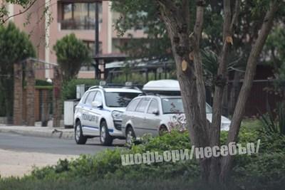 Полицейска кола е спряла пред сградата ,в която се е разиграла кървавата драма. Снимка:фейсбук/Шофьори Несебър