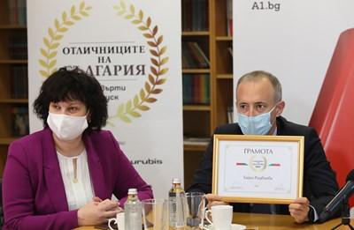 """Министърът на образованието Красимир Вълчев и заместничката му Таня Михайлова връчиха наградите на """"Отличниците на България""""."""