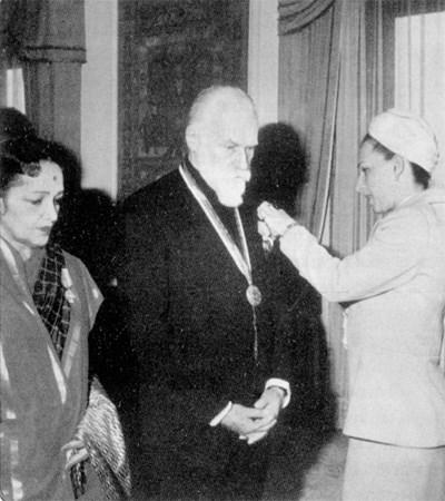 Людмила Живкова връчва орден на сина на Николай Рьорих - Светослав Рьорих.
