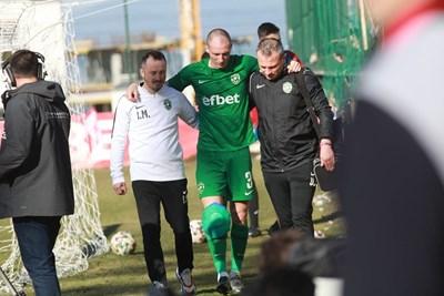 Антон Недялков получи тежка контузия в коляното. Снимки РУМЯНА ТОНЕВА