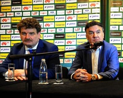 Питер Нювенхайс с Борислав Михайлов през 2016 г., когато представяха на българските клубове промяната на формата на родното първенство. Сега фирмата на Нювенхайс е предложила сходен вариант и в Русия.  СНИМКА: АЛЕКСЕЙ ДИМИТРОВ