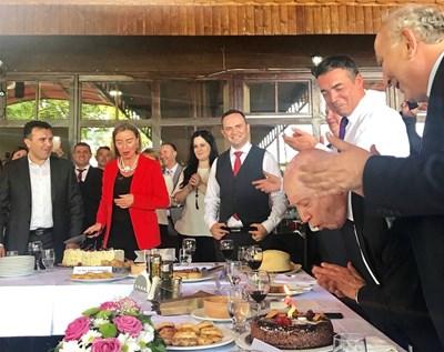 Гърците поднесоха торта за рождения ден на Нимиц. СНИМКИ: Туитър/Michael Karnitschnig