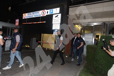Служители на ГДБОП извеждат задържания. Снимки  НИКОЛАЙ ЛИТОВ СНИМКА: 24 часа