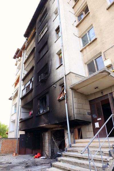 От взрива, избухнал към 3,15 ч. в нощта срещу понеделник, е лумнал пожар, който опушил апартаменти в кооперацията. Снимки Авторката
